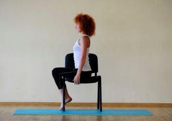 женщина сидит на стуле
