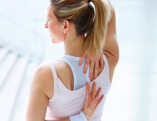 женщина держит руки за спиной