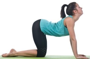 женщина выгибает спину
