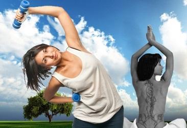 женщина выполняет наклоны с гантелей