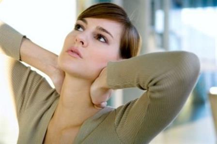 женщина держит руки на шее