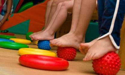 детские ноги на мячах