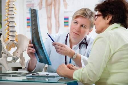 врач показывает пациентке снимок