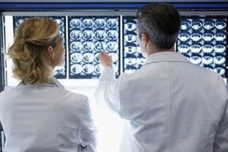 врачи смотрят на рентген