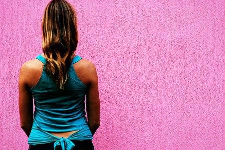 женщина стоит спиной