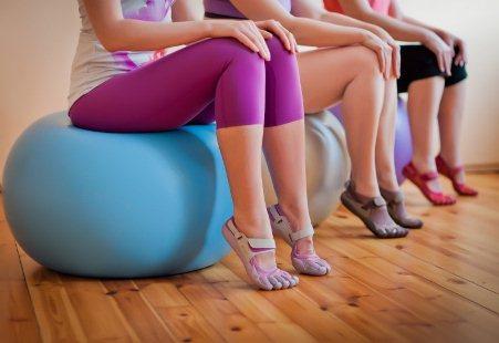 женщины сидят на фитболе
