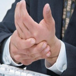 Немеют пальцы рук: что делать и к кому обратиться?