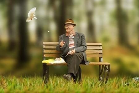 Старик сидит на скамейке