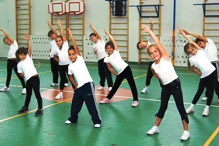 дети делают упражнения
